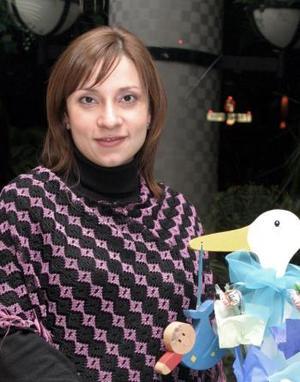 Mónica Pereura de Vélez recibió numerosos obsequios  para el bebé que espera, en la fiesta de canastilla que le ofrecieron en días pasados.