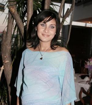 Lissette Díaz de Leal recibió lindps regalos, en la fiesta de canastilla que le ofreció su mamá Laura Moreno de Díaz, recientemente.