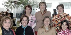 Elena de la Mora de Marínez en su fietsa de cumpleaños, acompañada por sus hermanas y primas