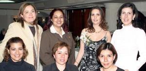 Hideliza Flores Aguirre en compañía de algunos de las invitadas a su primera despedida de soltera.