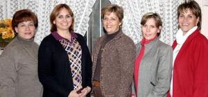 Sandra de Fernández, Betty de Lavín, Angélica Izaguirre, Marcela de Carrillo y Vicky de Martínez, captadas en una reunión entre amigas.