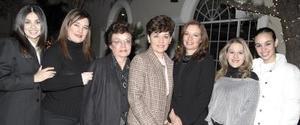 <b>27 de enero de 2005</b> <p> Un grupo de amigas en ameno convivio.