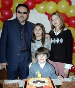 Felipe Cortés Torres acompañado por su familia, el día de su piñata.