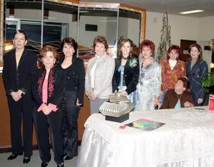 Miriam Martínez Guzman acompañada  por María Dolores Guzmán de Martínez, Rosita Talgíe, Perla Talgíe de Batarse, Laura Batarse, Lourdes de Batarse, Afife de Batarse y Lorena Batarse.