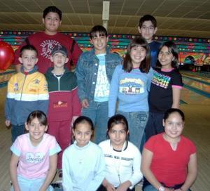 Daniela Alvarado de Ávila  rodeada por su grupo de amigas, con quienes compartió su fiesta de  cumpleaños