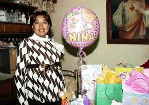 Cristina Salazar  de Gallegos  recibió  bonitos regalos, en la fiesta de canastilla  que le ofrecieron María  de Jesús Pérez y Celina Gallegos, en honor  del bebé que espera.