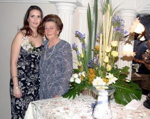 Hildeliza Flores Aguirre en compañía de su mamá Sra. Clara Guadalupe Aguirre de Flores, en su primera despedida  de soltera.