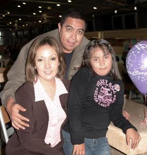 Angélica Matínez Mendoza  acompañda por sus papás, Jesús Martínez Rodríguez y Angélica Mendoza de Martínez, el día de su cumpleaños.