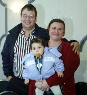 Ignacio Diéguez y Laura Diéguez, con su hijita Andrea Regina Diéguez, captados en reciente festejo social..