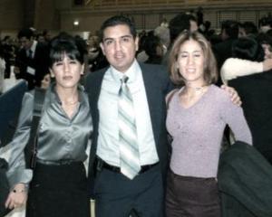 <b> 28 de enero de 2005</b> <p> Raúl Armando González  Cantú, el día que terminó sus estudios  profesionales en Monterrey, acompañado de Yoli González y Mónica de Lara.