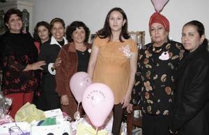 Carmen Sánchez de Álvarez recibió múltiples felicitaciones por el próximo nacimiento de su bebé.