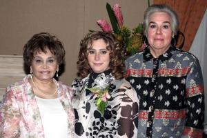 <b>29 de enero de 2005</b> <p> La festejada con las anfitrionas de su festejo.