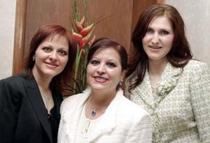 Rosalía Mena con sus hijas Maribel y Alejandra.