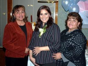 Kaala Velázquez de Cepeda acompañda  por las anfitrionas de su  fiesta de canastilla que se ofreció  para el bebé que espera