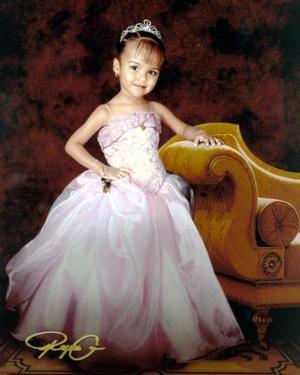 Andrea Estefnía Badillo Grijalva, en una fotografía con motivo de sus tres años de vida