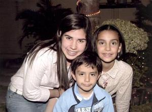 Andrea Garza Rivera junto a su hermano y  su amiga  Sofía Luna.