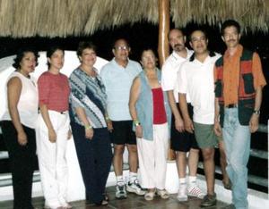 Claudia Martínez Sánchez y María Cristina Silva de Martínez celebraron el Año Nuevo  con una reunión en Manzanillo, Colima, junto a sis hijos.  Marcela, María Elena, Cristina, Claudio, Eduardo y Carlos