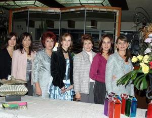 Miriam Martínez Guzmán, captada en su primera despedida de soltera en compañía de sus familiares