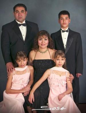 <b>30 de enero de 2005</b> <p>  Sr. Eduardo Sánchez Rodríguez y Sra Angélica  Zavala de Sánchez  celebraron sus quince aniversario de matrimonio el 20 de diciembre acompañados de sus hijos.