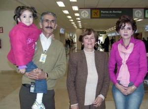 <b>30 de enero de 2005</b> <p> Lauro y Estela García despidieron a Laura García, que viajó en compañía de su hija a Tijuana