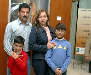 José Vitela Rodríguez, Irma Lourdes de Vitela, acompañados de sus hijos Irma y José.