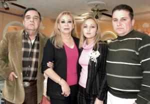 Juana María Tijerina y Luis Enrique Porras Caballero,  captados en la despedida de solteros que les ofrecieron recinetemente a Teresa Caballero y Manuel Alfonso Porras