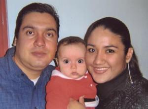 Carlos Barretero y Lucía de Barretero con su hijito Carlos, captados en reciente cinvivio.