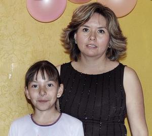 Lorena Alemán Espinoza junto a su mamá el día de su fiesta de cumpleaños