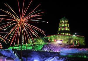 Con un espectáculo de fuegos artificiales y música y danzas tradicionales chinas, Harbin dio comienzo a un acontecimiento que cada año atrae a 15 millones de turistas, sobre todo chinos del sur que nunca han visto la nieve y quieren ver el invierno de verdad.