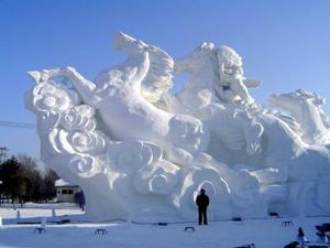 Durante los meses de enero y febrero, esta ciudad de la región conocida como Manchuria exhibirá un Museo del Louvre (con sus modernas pirámides de la entrada), un Arco de Triunfo parisino o un Palacio de Verano, todos hechos con bloques de hielo de unos 80 centímetros de largo y 40 de ancho.