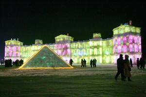 Harbin, la ciudad más septentrional de China, inauguró a 25 grados bajo cero su XXI Festival de la Nieve y el Hielo, una increíble exposición de enormes estatuas de nieve, palacios de hielo y réplicas en tamaño casi real de famosos monumentos cuyas paredes están hechas de agua helada.
