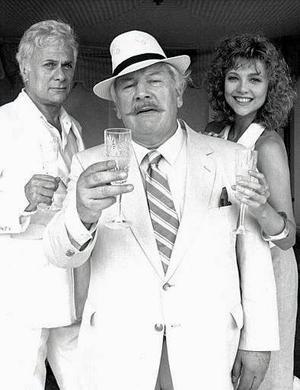 <b>29 de marzo 2004</b> <p> El actor británico Peter Ustinov, ganador del Oscar y conocido por ser uno de los más divertidos imitadores y narradores del mundo, ha muerto a la edad de 82 años.  <p> Autor de más de una docena de libros y trabajos teatrales con una carrera de más de 60 años, Ustinov murió por problemas cardiacos en una clínica cercana a su casa a las orillas del Lago Ginebra el domingo por la noche, dijo su familia.