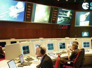 Huygens entró ayer en la nebulosa atmósfera de Titán, abrió su paracaídas automático y se posó sobre su misteriosa superficie, según los controladores de la misión.