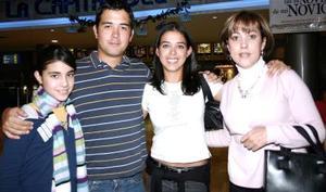 Mary de Covarrubias, Carla Cobarrubias, Manuel Cobarruvias y Andrea Covarrubias.