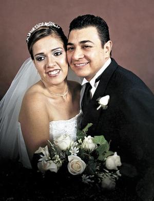 Ing. Héctor Javier Camacho Valles y Srita. Adriana Elizabeth García Velázquez recibieron la bendición nupcial en la iglesia de San Juan de Los Lagos el diez de diciembre de 2004.