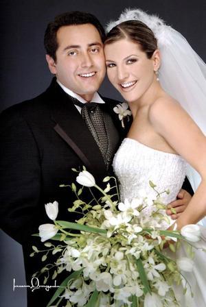 C.P. Marcelo Aguirre Carrillo e Ing. Vanessa Villarreal Cuéllar  recibieron la bendición nupcial en la Parroquia de La Sagrada Familia, el viernes 26 de noviembre de 2004.