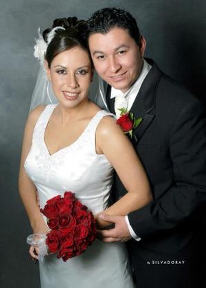 Lic. Carlos Alejandro González Rodríguez e Ing. María Guadalupe de la Torre Carreón contrajeron matrimonio en la parroquia Los Ángeles el sábado 27 de noviembre de 2004.