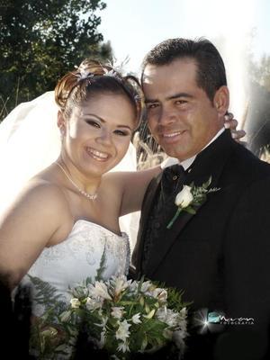 Lic. Miguel Flores Valles y Lic. Rosa Elena Domínguez Borjas contrajeron matrimonio religioso en el Santuario de Cristo Rey, el  27 de noviembre de 2004.