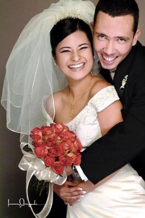 Sr. Adolfo Ramón Echauri Rodríguez y Srita. Liliana Mora Aguilar recibieron la bendición nupcial en la parroquia Los Ángeles, el viernes 17 de diciembre de 2004
