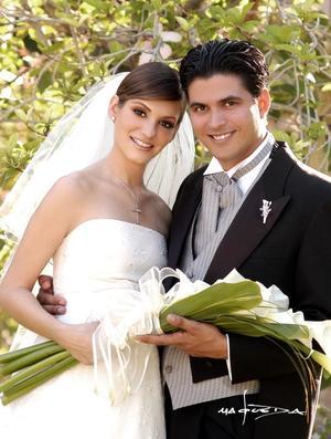 Sr. Humberto Baca Martínez y Srita. Laura de la Parra  Covarrubias contrajeron matrimonio religioso en la parroquia de San Pedro Apóstol  el viernes diez de septiembre de 2004..