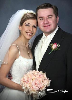 Sr. Omar Herrera Becerra y Srita. María Soledad Medina Rodríguez recibieron la bendición nupcial en la parroquia Los Ángeles, el sábado cuatro de diciembre de 2004.