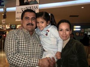 <b>09 de febrero de 2005</b> <p> Rubén, María del Carmen y Wendy Carranza.