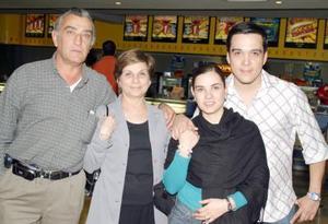 <b>23 de febrero de 2005</b> <p>  Ricardo Dávila, Martha Irene Flores de Dávila, Maithy Dávila y Enrique Cervantes.