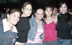 Daniela, Ámbar, Kenia, Karen y otras amugas en un lugar de su preferencia.