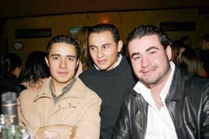 <b>05 de abril de 2005</b> <p> Pepe Bazán, Beto Flores y Ricky Ortiz