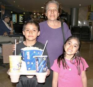 <b>18 de abril de 2005</b> <p> Raúl y Minerva Hernández acompañados de su abuela.