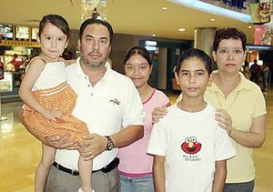 Jesús Orozco, Linda Tarango de Orozco con los pequeños Michelle, Linda y Alán.