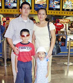 Gregorio García y Nohemí Cruz con sus hijos Alexis Abraham e Itzel Damaris.