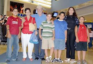 <b>13 de julio 2005</b><p> Ángel Gabriel Martínez, Olga, Joaquín y Rodrigo Echávez, Maru de Govea, José Govea y Luis Govea.
