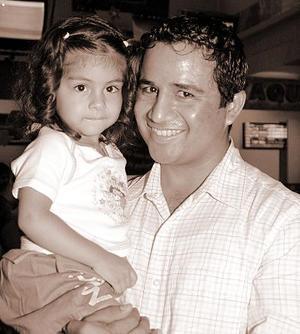 Arturo Gamboa Chacón con su pequeña Paulina.